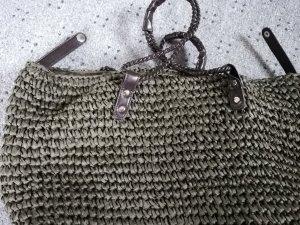 Bolso tipo cesta gris verdoso