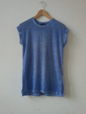 Kornblumenblaues T-Shirt