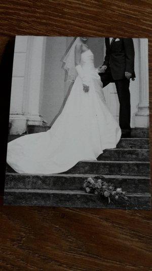 Kremefarbenes Brautkleid aus Seide