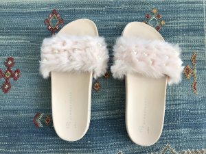 Kunstfell-Sandale in rosé mit Perlen