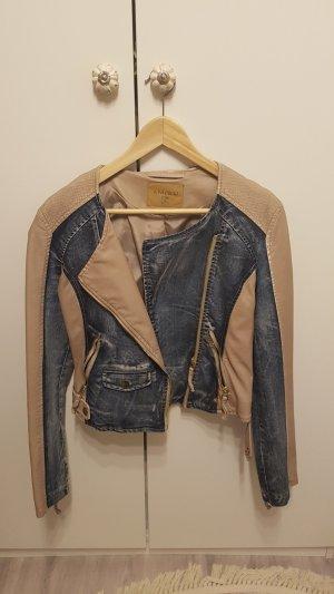 Kunstlederjacke mit Jeans