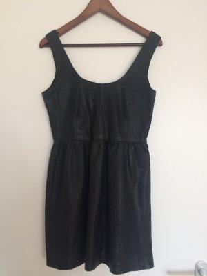 Kunstlederkleid mit Voder- und Rückenausschnitt