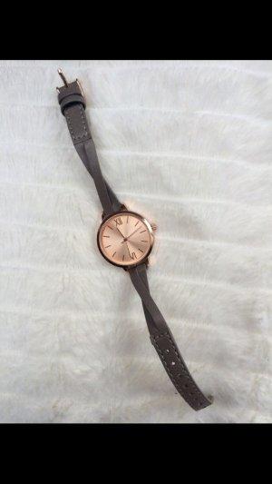 Kupferfarbene Armbanduhr mit Kunstlederarmband