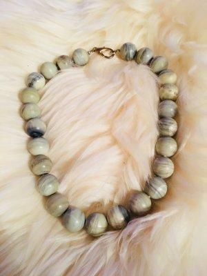 Kurz-Halskette mit grün-grau marmorierten Steinen