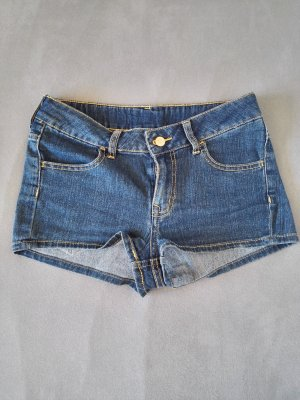 Kurze blaue Jeansshorts