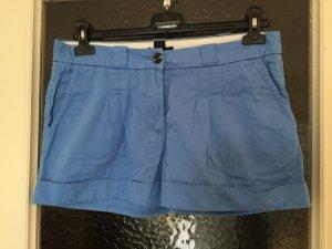 Kurze blaue Shorts mit Gürtelschlaufen