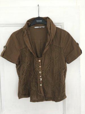 Kurze Bluse mit aufwendigen Details