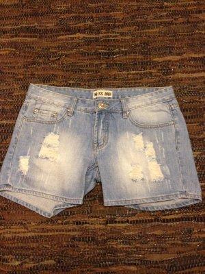 Kurze destroyed Jeans mit toller heller Waschung + Steine als Nieten