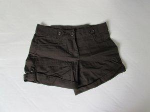 kurze dunkelbraune Hose, luftig im Sommer