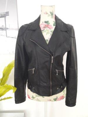Kurze, enge, schwarze Lederjacke von Zara