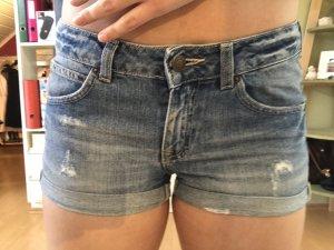 Kurze gekrempelte Jeansshort