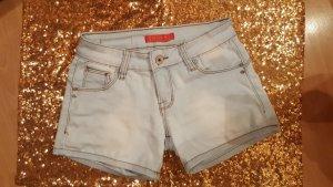 Kurze hellblaue Jeansshort