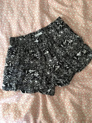 Kurze Hose in schwarz-weiß Muster
