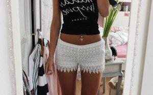 Kurze Hose in weiß mit Spitzendetails