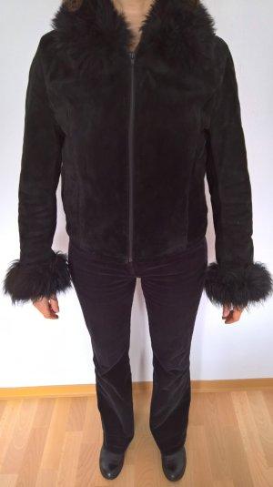 Kurze Jacke aus Wildleder mit Fellbesatz
