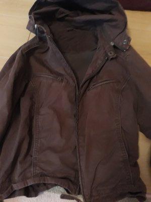 Kurze Jacke mit abnehmbarer Kapuze, innen und außenTaschen