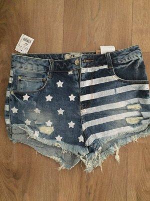 Kurze Jeans mit einem schönen Muster
