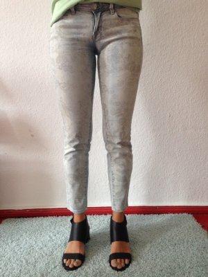 Kurze Jeans mit floralen Print