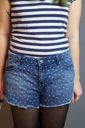 kurze Jeans mit Herzchen-Muster