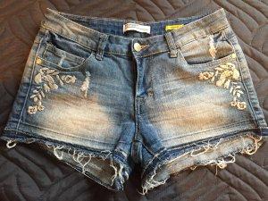 kurze Jeans-Shorts mit weissen Spitzen