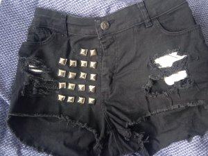 Kurze Jeans, zerrissen und mit Nieten der Marke Jemis Jeans