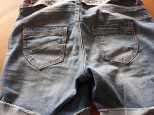 Kurze Jeanshose mit Gürtel