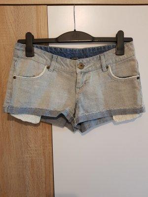 Kurze Jeanshose mit Spitze Details.