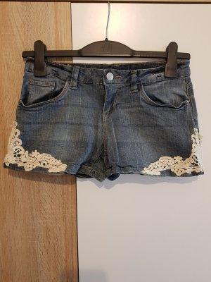 Kurze Jeanshose mit Spitzendetails