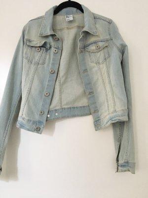 Kurze Jeansjacke mit heller Waschung