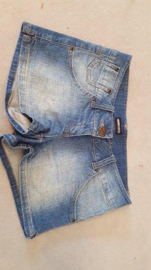 Kurze Jeansshorts verwaschen