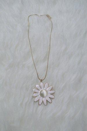 kurze Kette mit weißer Blume