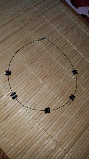 Kurze Kette schwarz längliche Kunststoffperlen