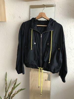 Kurze lockere Jacke mit Kapuze von Zara