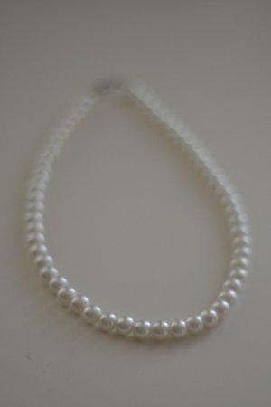 Kurze Perlenkette (Modeschmuck) mit silbernem Verschluss
