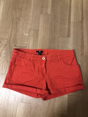 Kurze rote Shorts