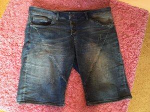 Kurze schöne Jeans Hose.