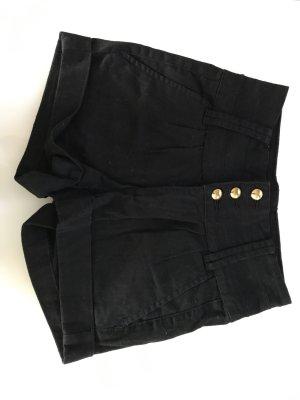 kurze schwarze Hose mit goldenen Knöpfe