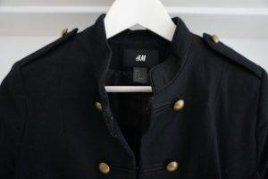 Kurze schwarze Jacke mit goldfarbenen Details