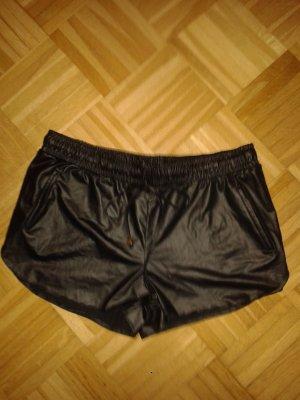 Kurze schwarze Shorts in Lederoptik