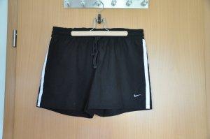 Kurze schwarze Sportshorts von Nike