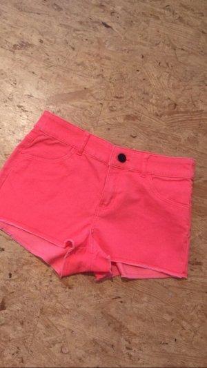 Kurze Shorts in einem knalligen Korallenton/Pink