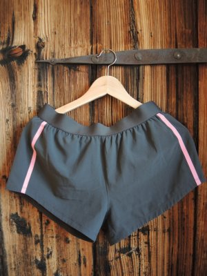kurze Sporttight mit rosa Seitenstreifen