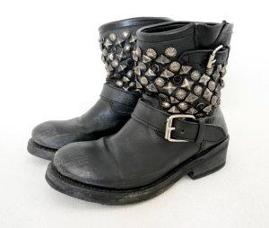 Kurze Stiefel von Ash in schwarz mit silbernen Nieten und Steinen