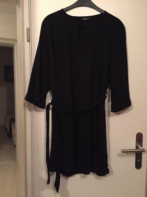 Kurzen Kleidchen in schwarz