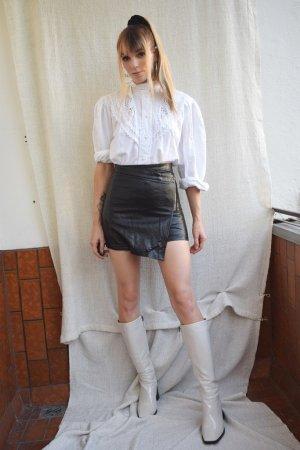 Kurzer, asymmetrischer Kunstleder Rock High Waist in schwarz von Missguided