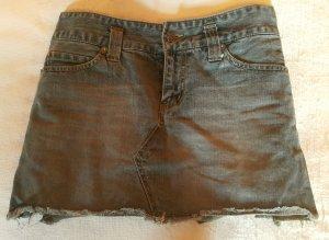 Kurzer Jeansrock von Only - vorn Jeans, Rückseite aus grünem Stoff