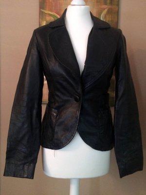 Kurzer Lederblazer, mit einem Knopf zu schließen, sehr feminin, schwarz