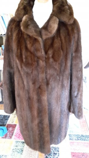 Abrigo de piel marrón-marrón oscuro