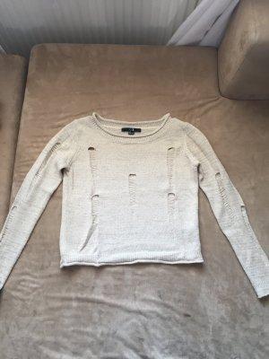 Kurzer Pullover mit Löchern!