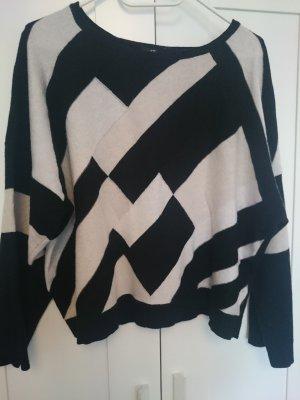 Kurzer Pullover mit weiten Ärmeln